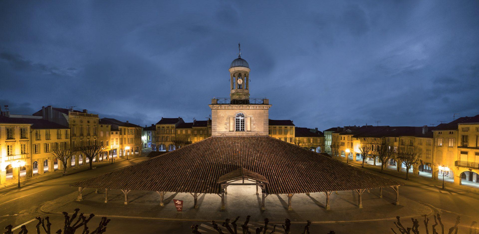 La Halle centrale et son beffroi de nuit - © Jean-Luc Sarda
